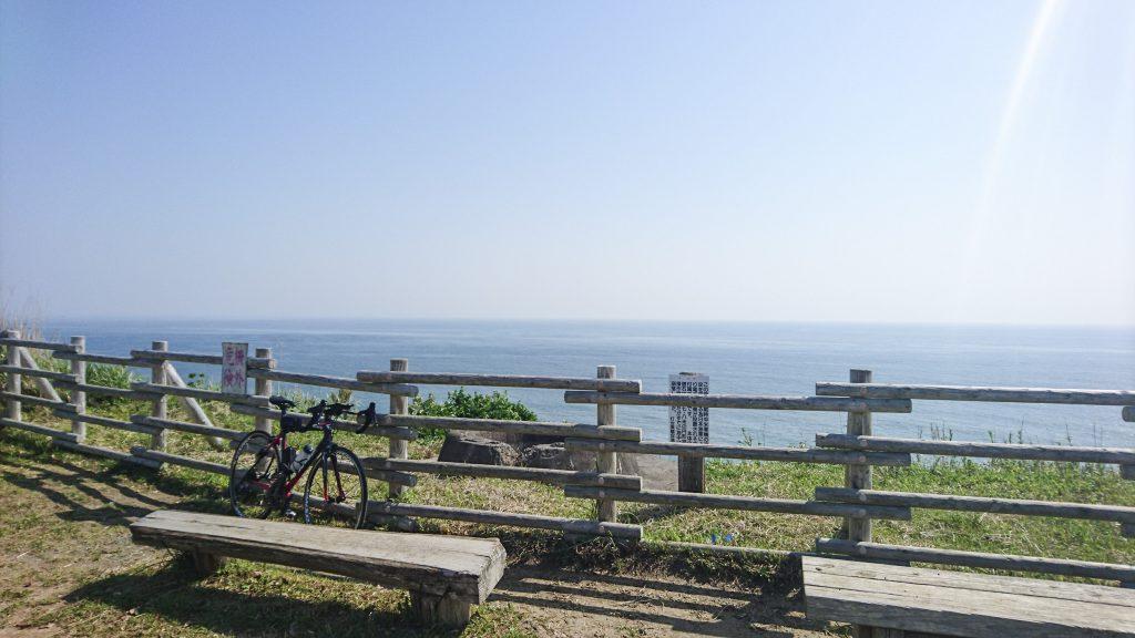 太東崎 燈台の展望台から海を眺める