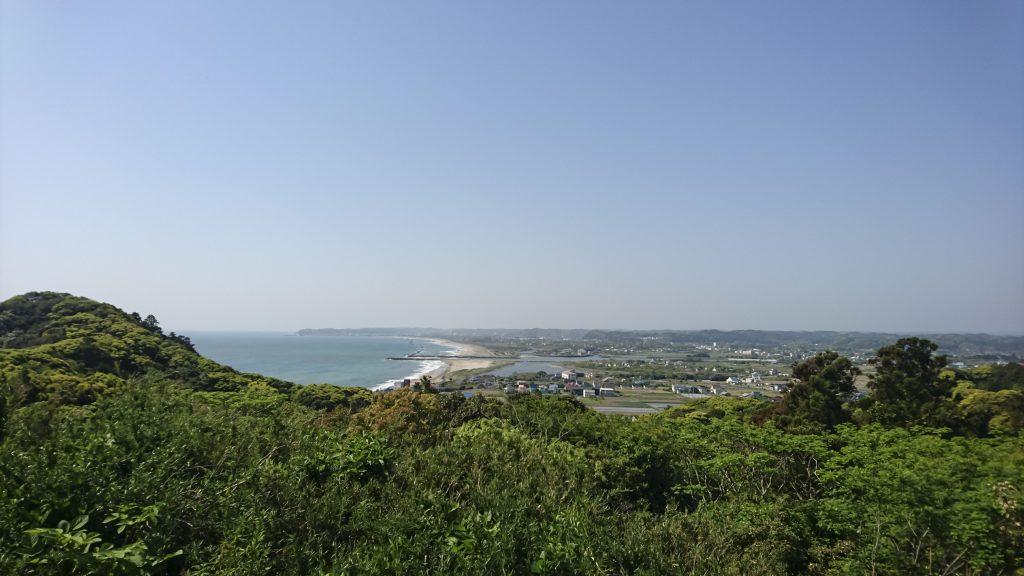 高台から見る大原海岸と青空