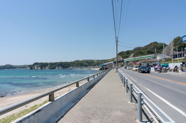 勝浦の幹線道路と海