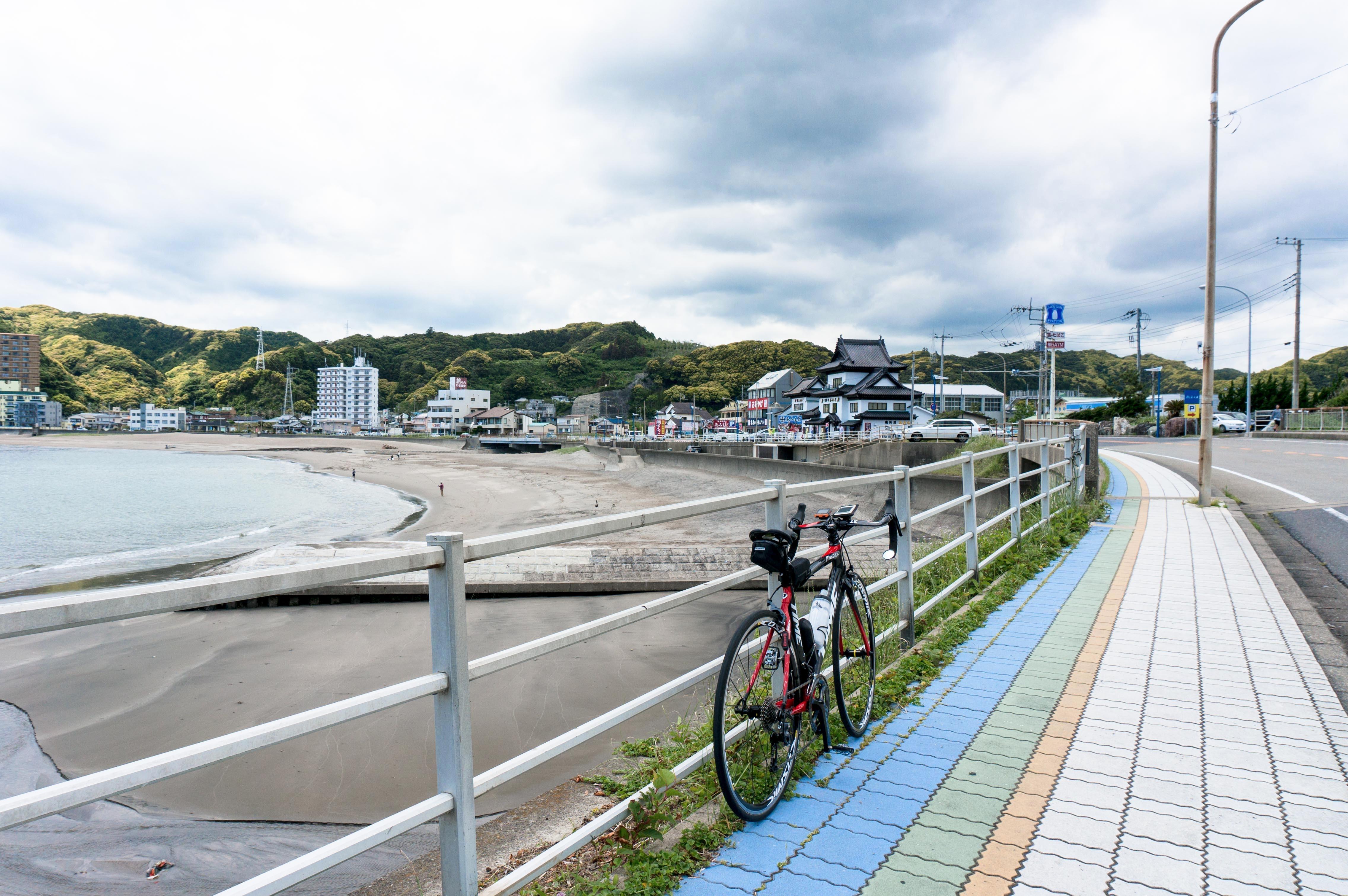 安房小湊の海岸風景と自転車