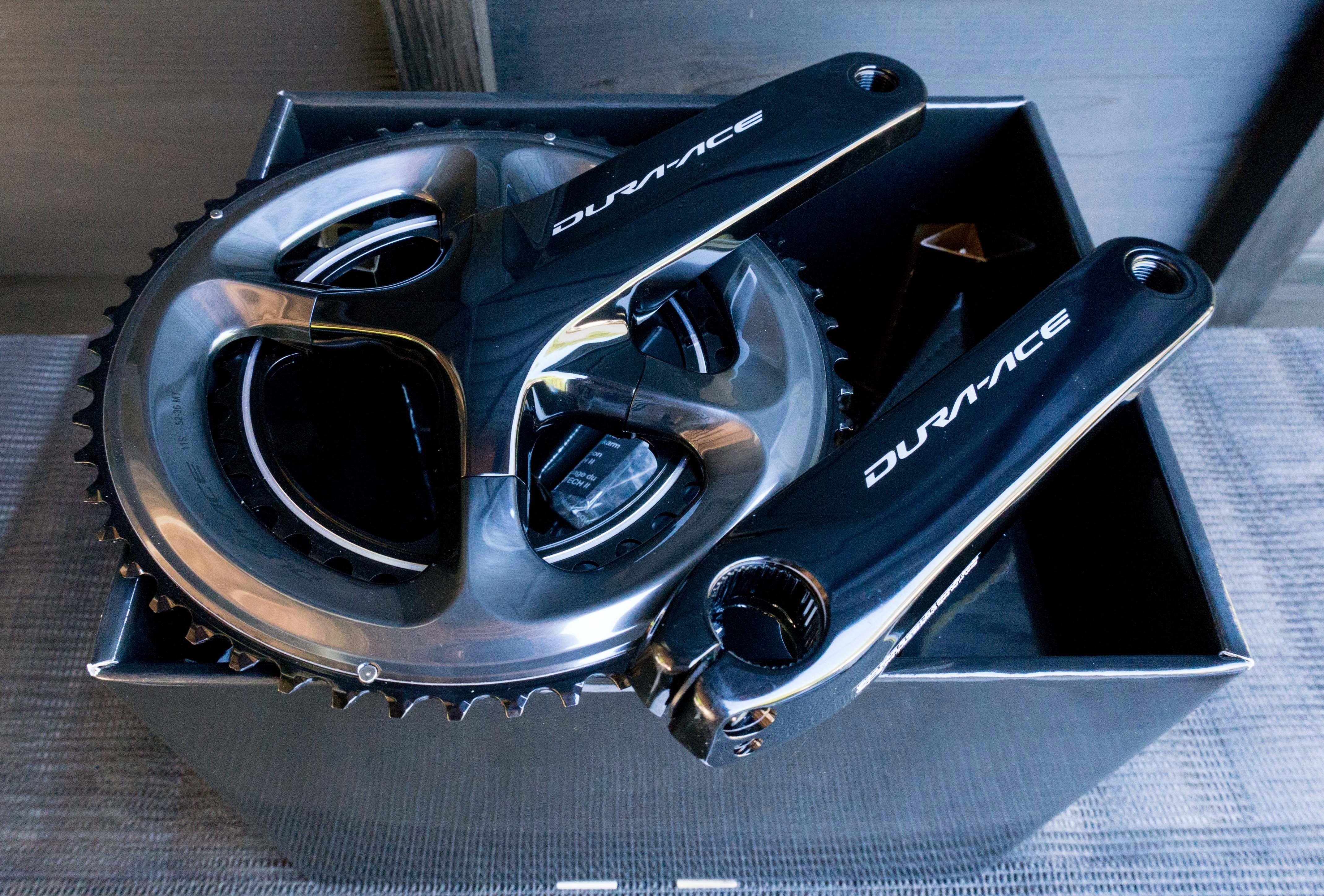 自転車のクランクを箱から取り出して並んでいる