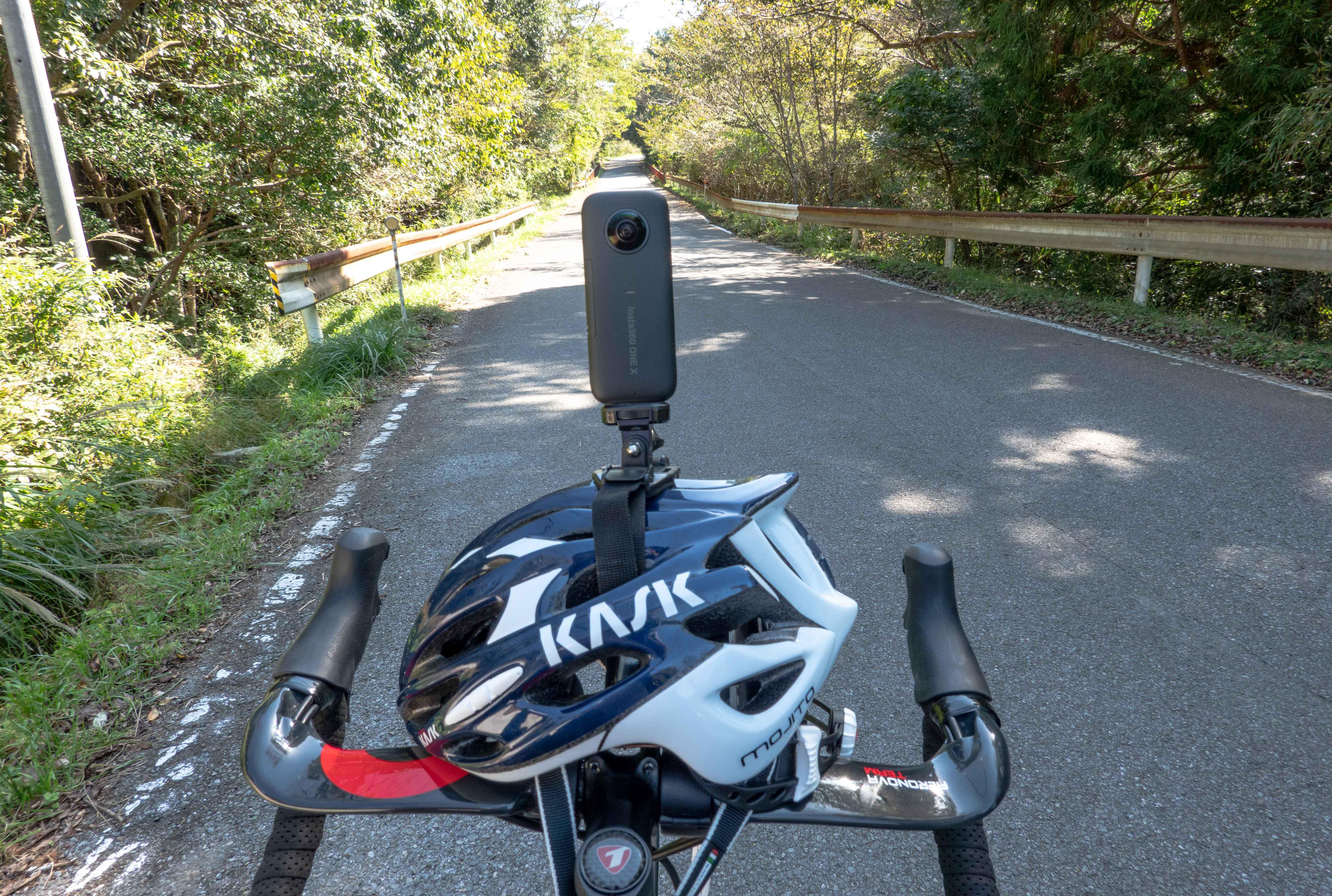 ヘルメットの上にアクションカメラ