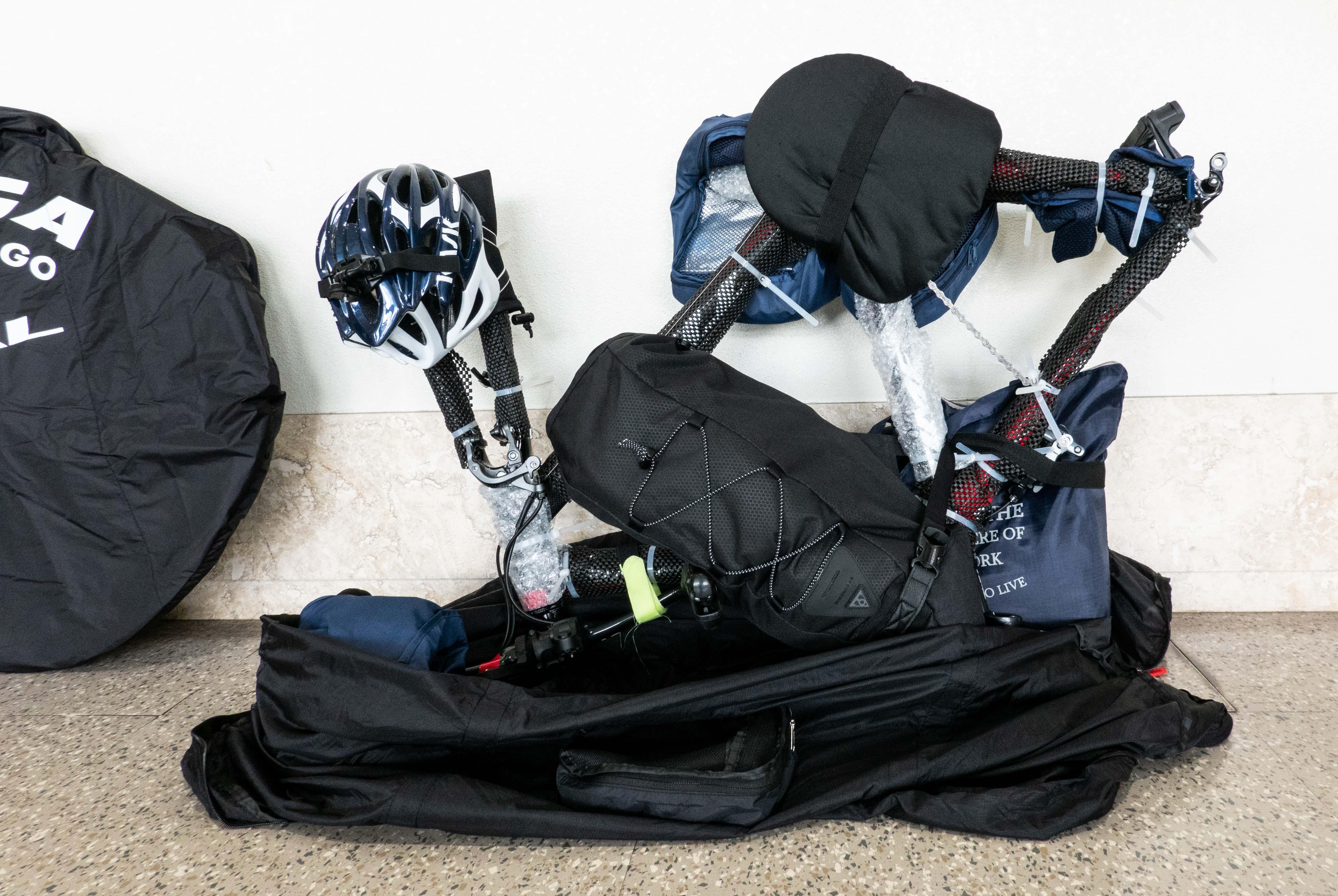 ロードバイクを持ち運ぶためパッキングしている