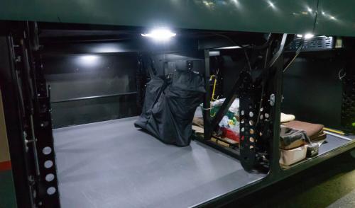 バスの下のトランクに自転車を積み込む