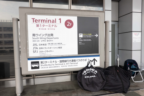 羽田空港の第1ターミナルの看板と荷物