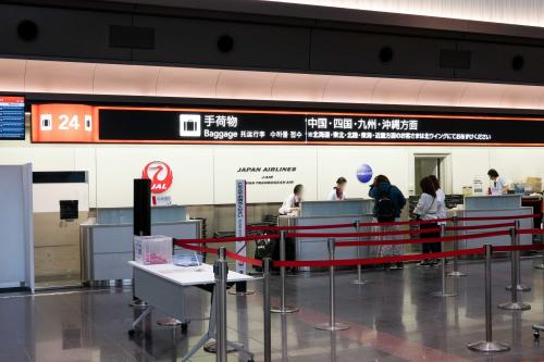羽田空港の荷物預かりカウンターの様子
