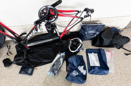 空港で自転車を組み立てる