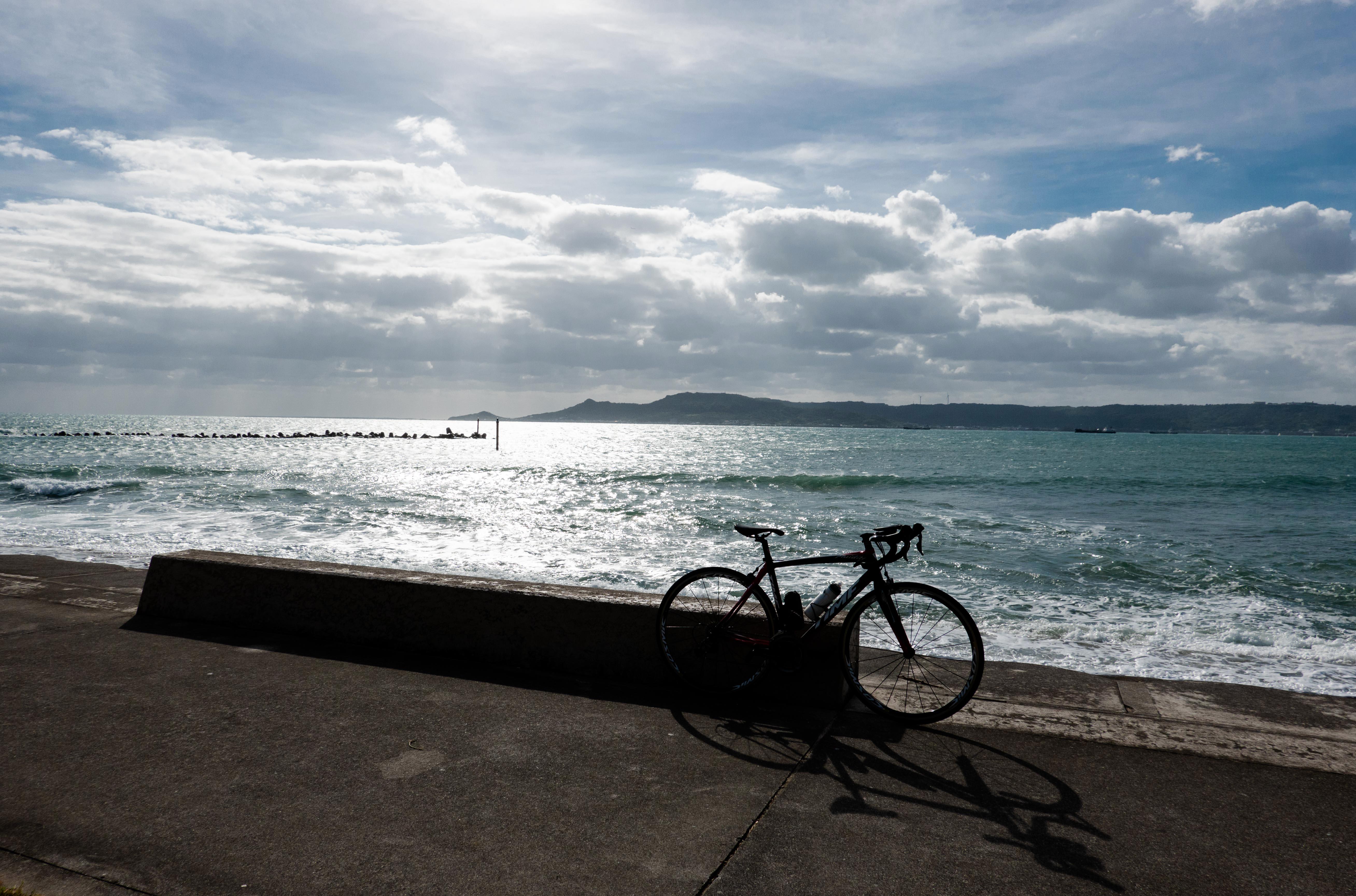 沖縄の海とロードバイクのシルエット