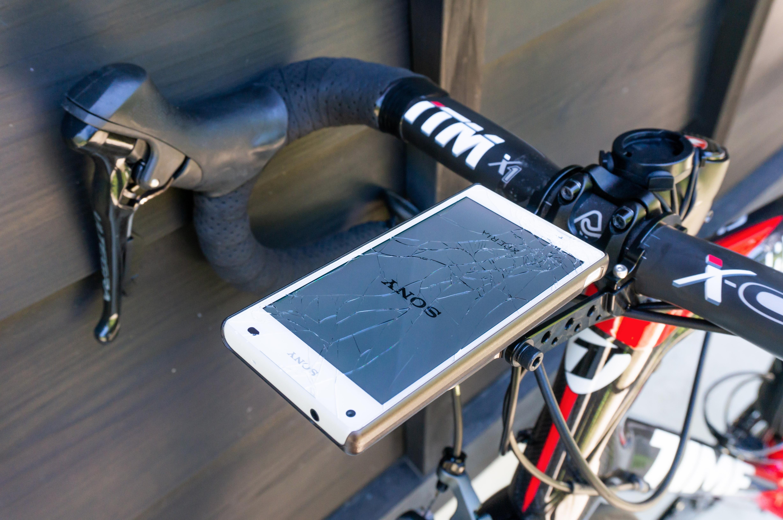 ロードバイクにスマートフォンを装着している