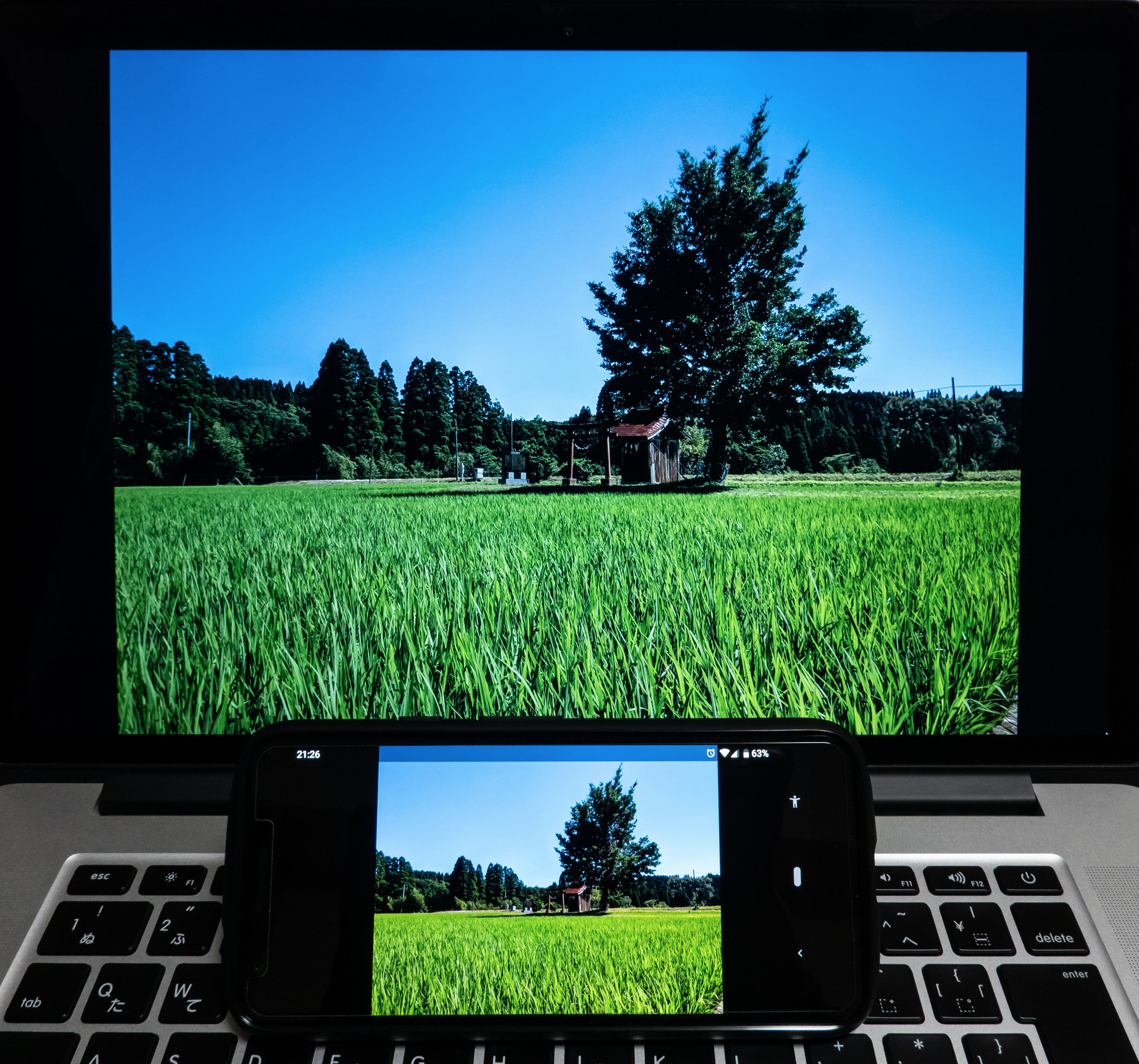 MacBookとPixel3aの画面を並べた