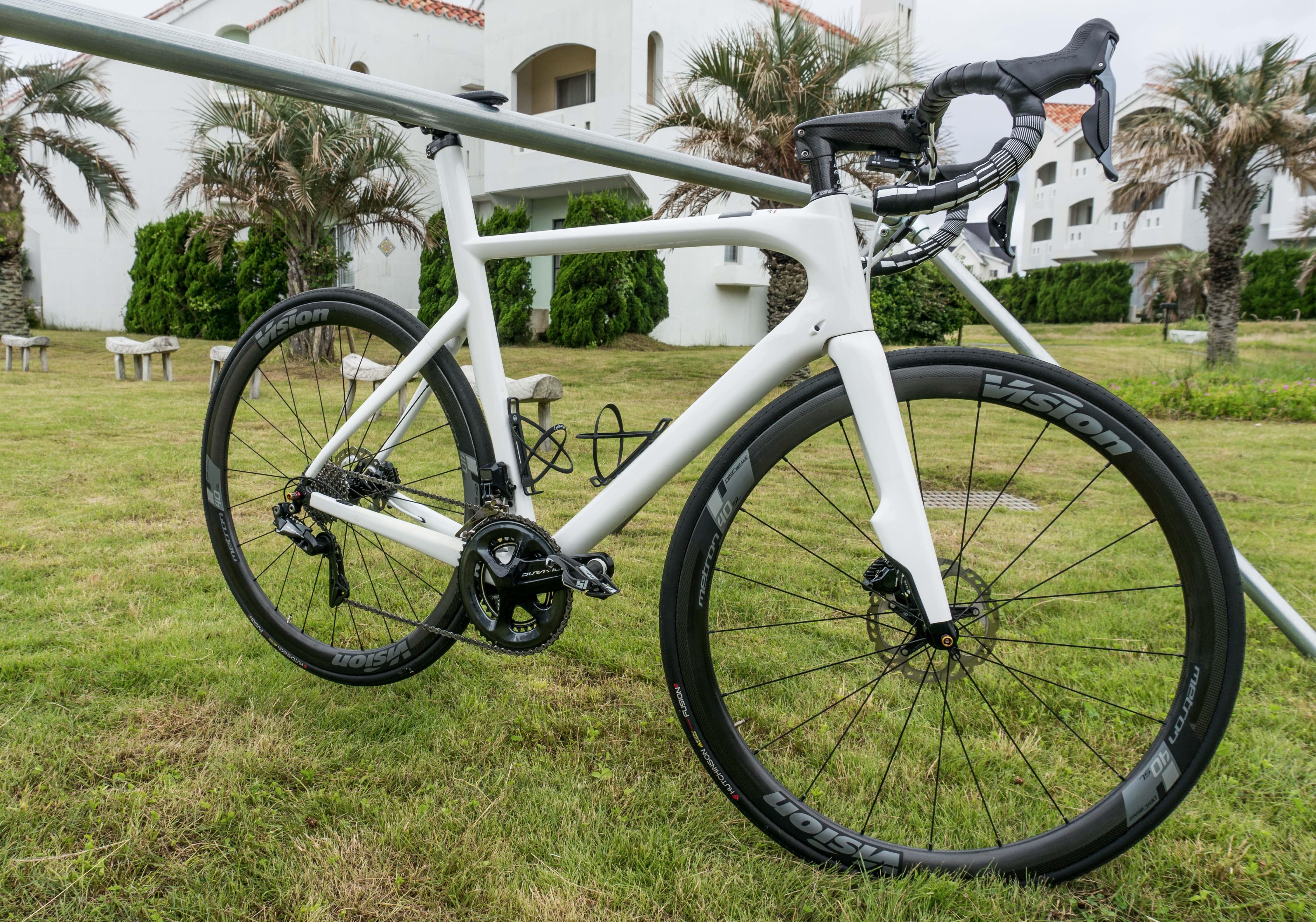 白い自転車TIMEディスクブレーキ