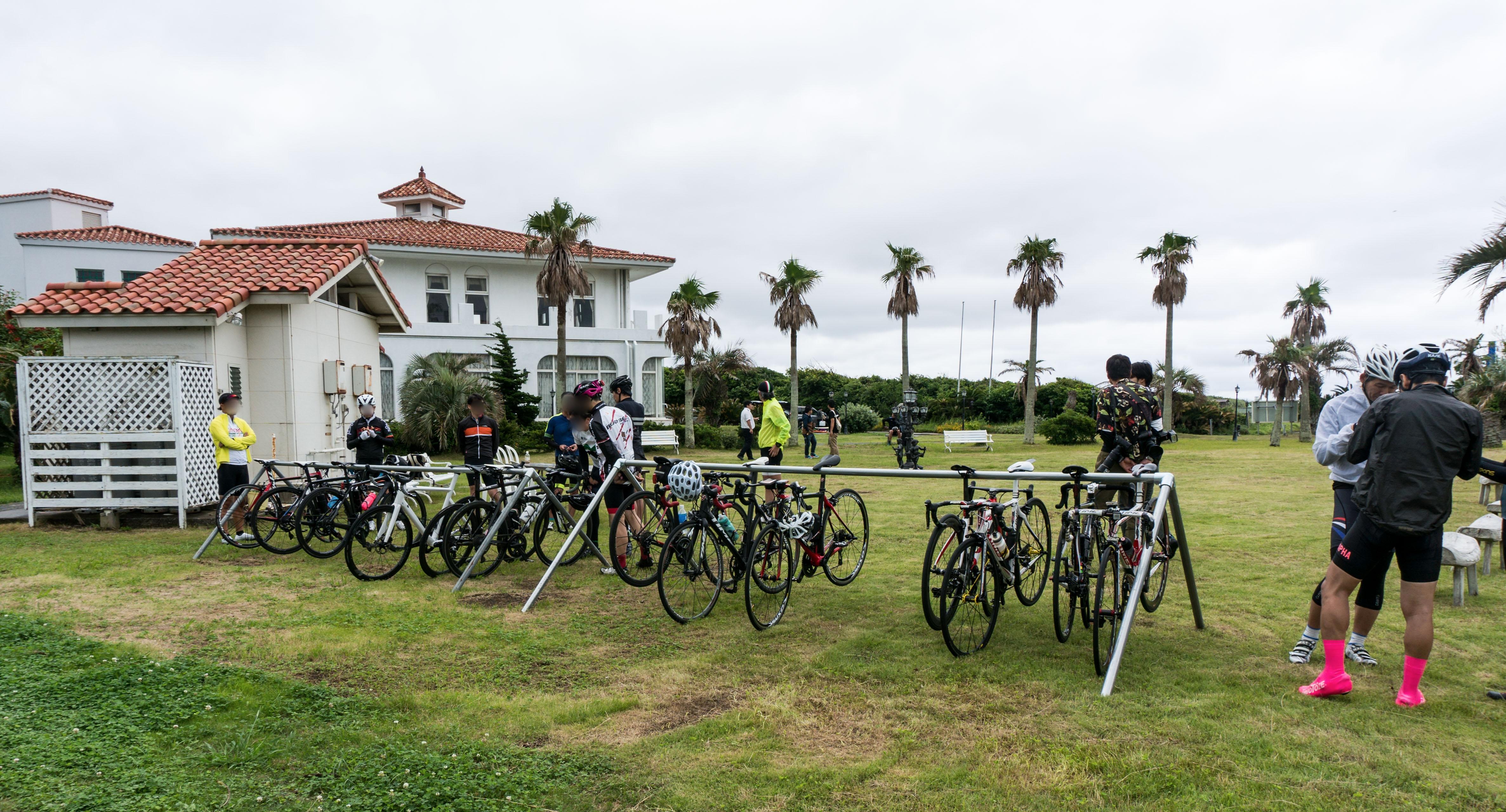サイクルラックにロードバイクがたくさん