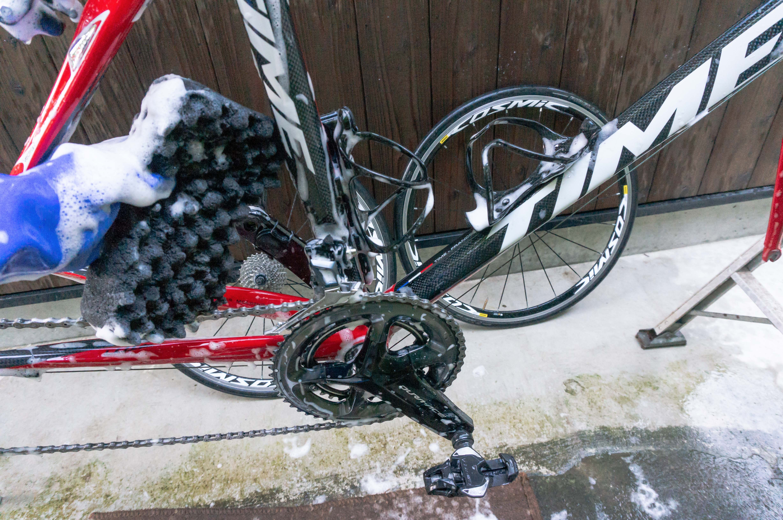 自転車を泡で掃除している