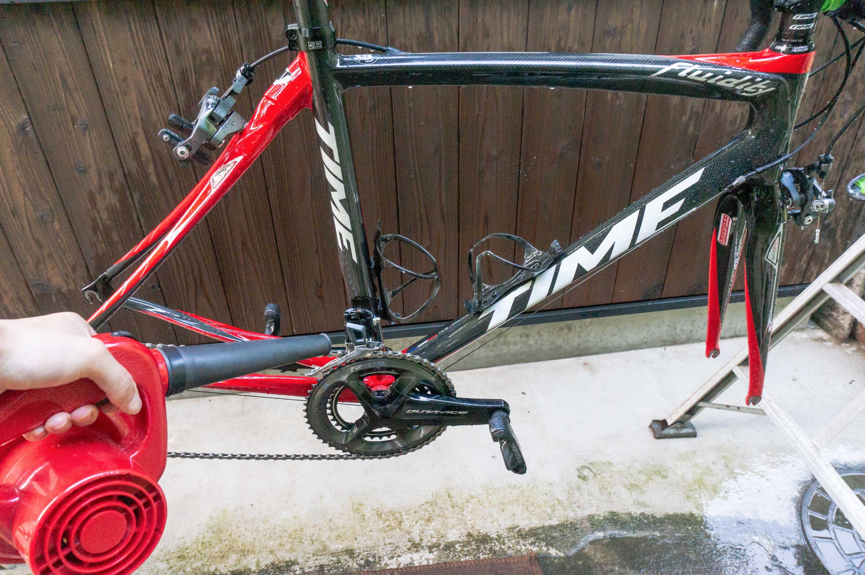 自転車をエアブローして乾燥させている