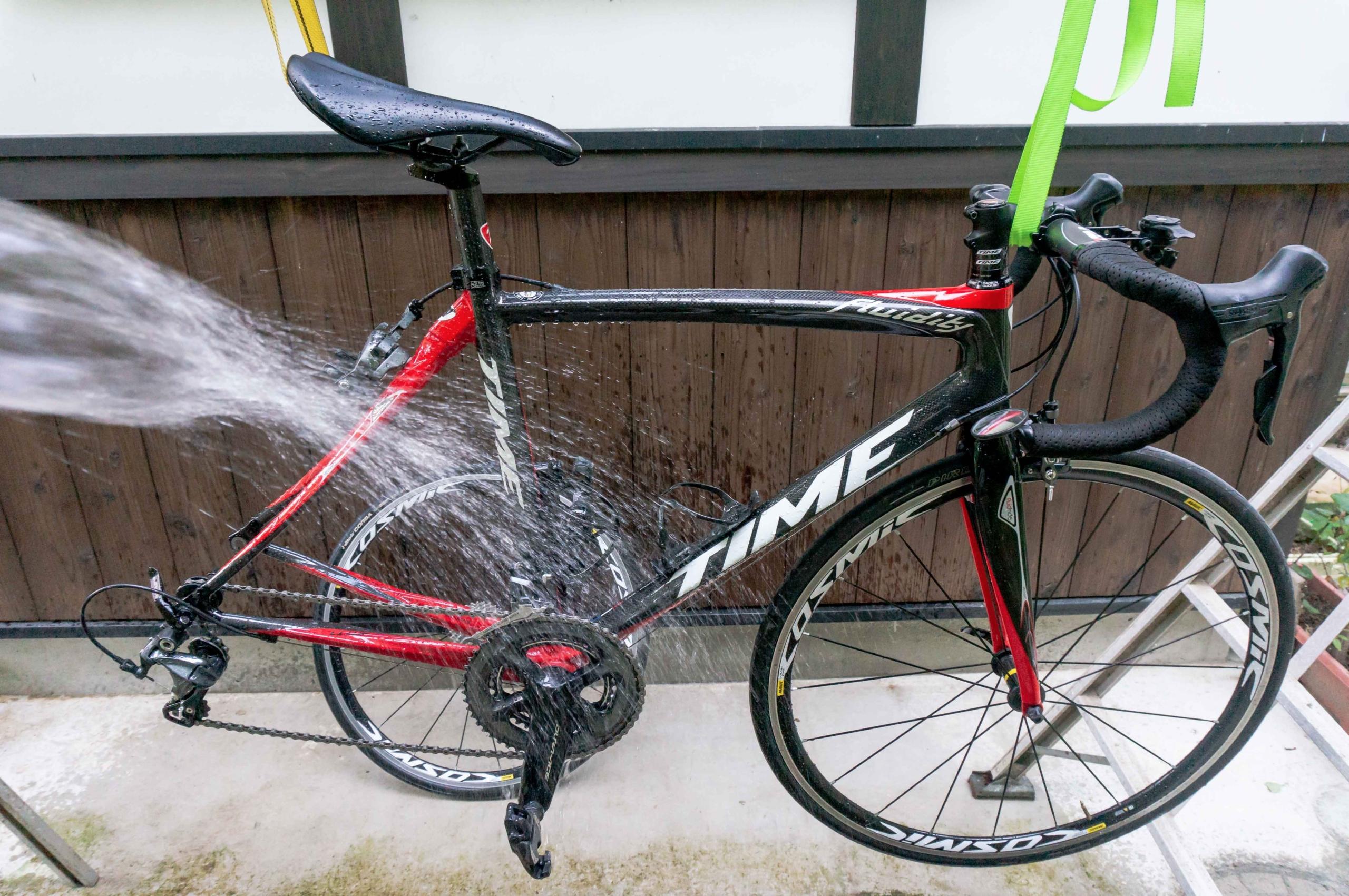 自転車に水を掛けている